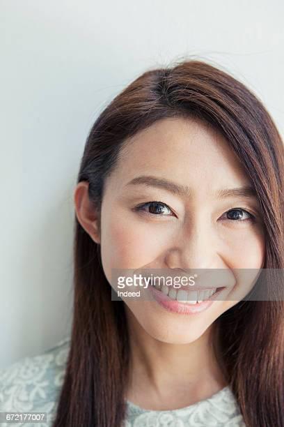 close-up of young woman, smiling - somente japonês - fotografias e filmes do acervo