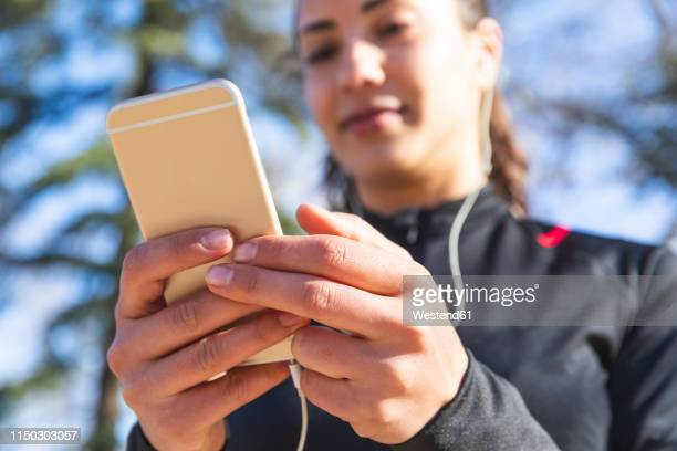 close-up of young woman training and checking her smartphone - hands in her pants fotografías e imágenes de stock