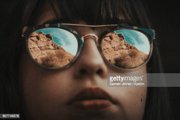 close-up of young woman wearing sunglasses - óculos escuros acessório ocular - fotografias e filmes do acervo