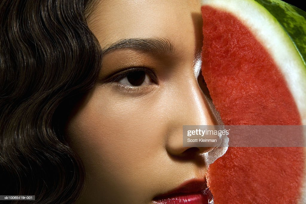 Close-up of young woman with profile matching  watermelon slice : Foto stock