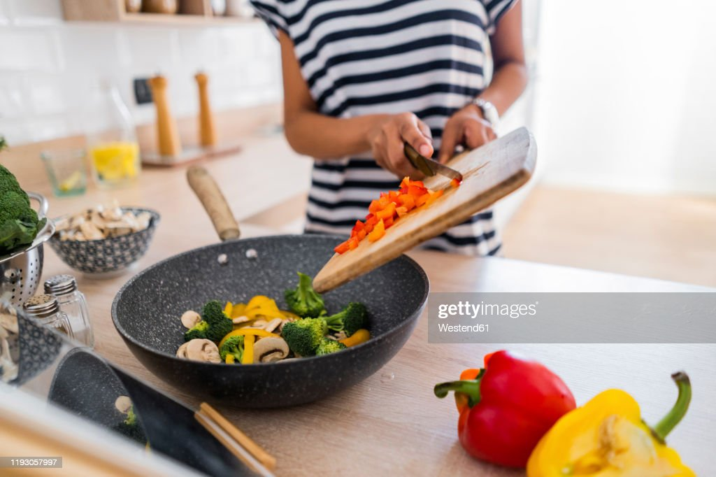 Close-up of young woman with tablet cooking in kitchen at home : Stockfoto