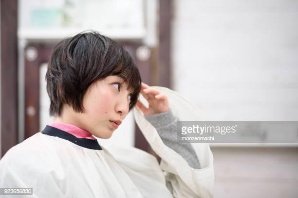 ヘアサロンで若い女性の顔のクローズ アップ - ショートヘア ストックフォトと画像