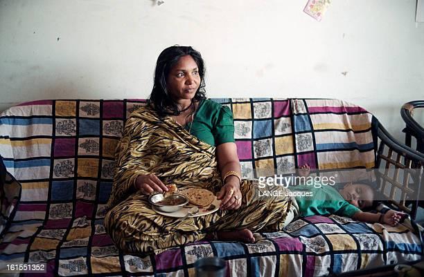 Closeup On Phoolan Devi The Queen Of Bandits At Home In Delhi India Phoolan DEVI la justicière en sari publie ses mémoires et reçoit en exclusivité...