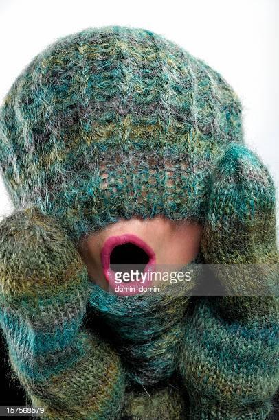 Nahaufnahme der weiblichen Gesicht coverd mit warmen Mütze, Schal, Handschuhe