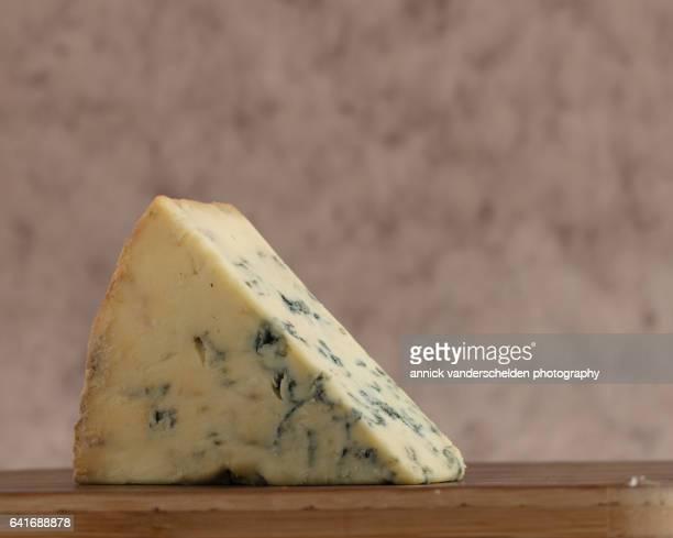 close-up piece of stilton cheese. - crosta di formaggio foto e immagini stock