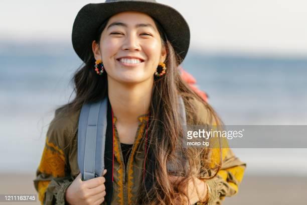 portait de primer plano de viajero en solitario feliz mujer - asia pacífico fotografías e imágenes de stock