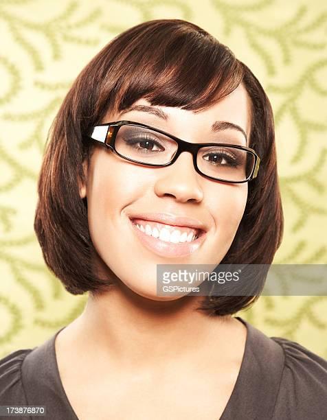 Close-up portrait d'une belle femme avec des lunettes souriant