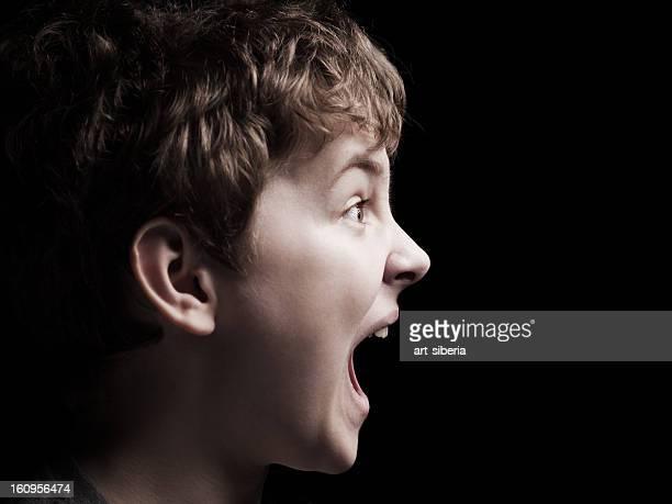 のクローズアップのポートレート少年悲鳴を上げる