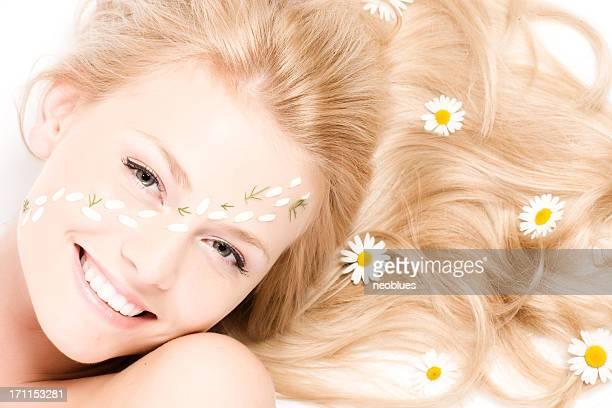 Close-up portrait d'une belle femme avec camomille et