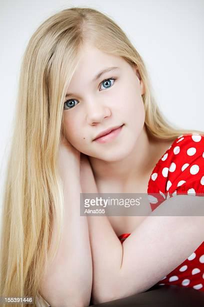 Close-up portrait de grave jeune fille de 11 ans
