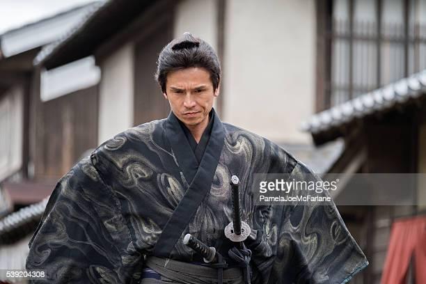 Gros plan du Portrait de grave samouraï en costumes traditionnels