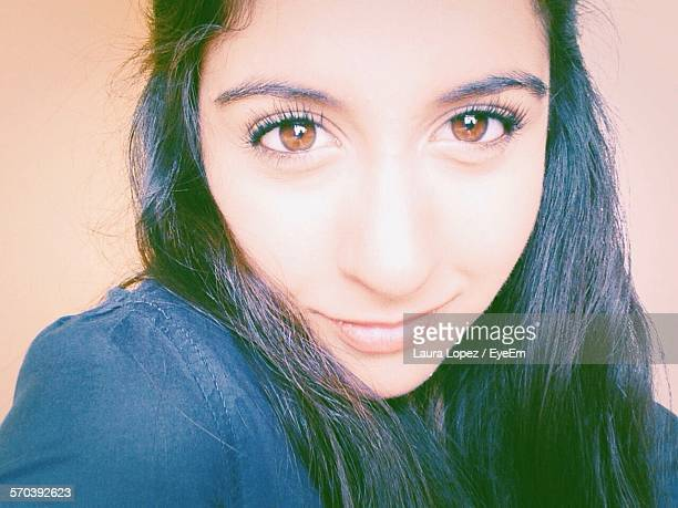 close-up portrait of beautiful smiling young woman with brown eyes - laura belli foto e immagini stock