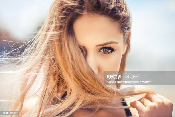 close-up portrait of beautiful young woman - donna seducente foto e immagini stock