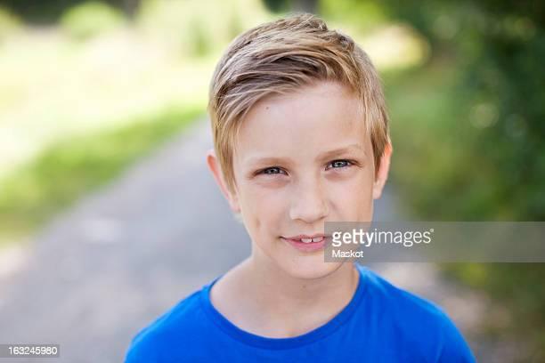 close-up portrait of caucasian pre-adolescent boy - 10 11 años fotografías e imágenes de stock