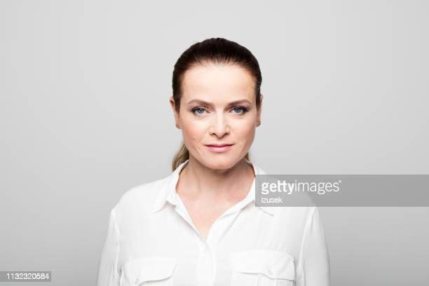 自信ビジネスウーマンのクローズアップポートレート - 白いシャツ ストックフォトと画像