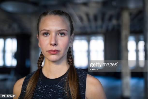 Close-up Portrait von entschlossenen jungen Frau im Fitness-Studio
