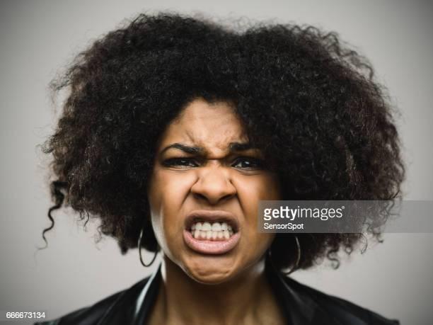 猛烈な若いアフロ ・ アメリカ人女性のクローズ アップの肖像画
