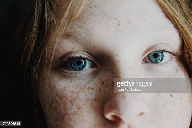 close-up portrait of girl - jeune fille rousse photos et images de collection