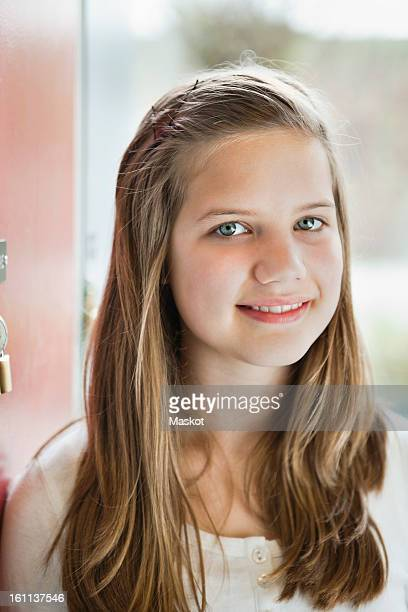 close-up portrait of girl (12-13) smiling - 12 13 jaar stockfoto's en -beelden