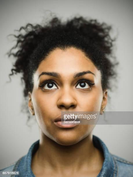 close-up portret van echte jonge zwarte vrouw op zoek naar boven - real people stockfoto's en -beelden