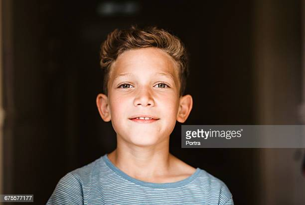 close-up portrait of smiling boy at home - alleen jongens stockfoto's en -beelden