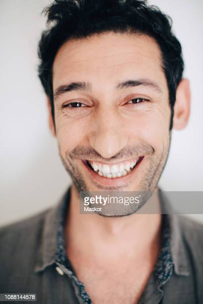 close-up portrait of smiling businessman against wall - 25 29 jaar stockfoto's en -beelden