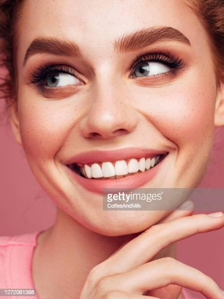 retrato de close-up de menina sorridente com bela maquiagem - cílio - fotografias e filmes do acervo