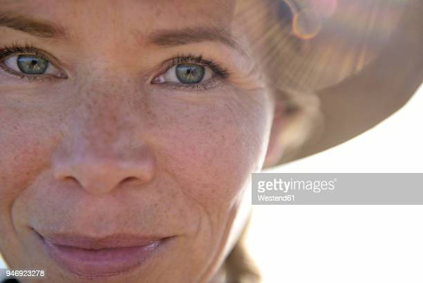 close-up portrait of smiling woman - sarda - fotografias e filmes do acervo