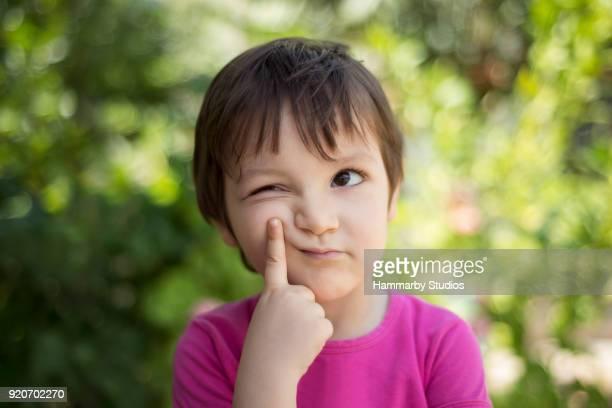 retrato de close-up da criança pensar, olhando para longe com expressão facial pensativo - suspeita - fotografias e filmes do acervo
