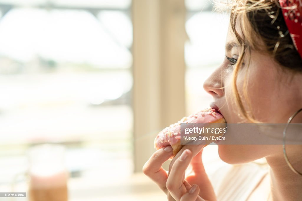 Close-Up Portrait Of Woman Eating Food : Stockfoto