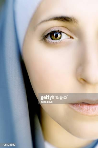 クローズアップのポートレートを着ている女性の修道女の服