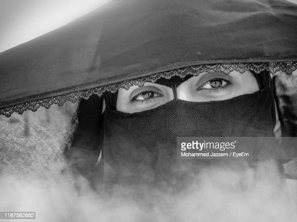 close-up portrait of woman wearing traditional clothing - burka photos et images de collection