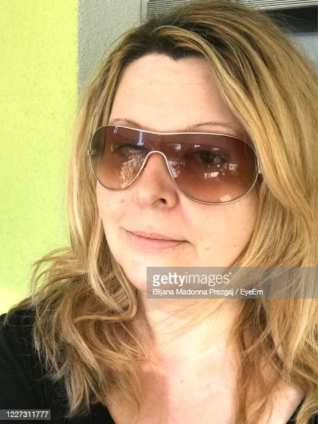 close-up portrait of woman with sunglasses - madonna without makeup stockfoto's en -beelden