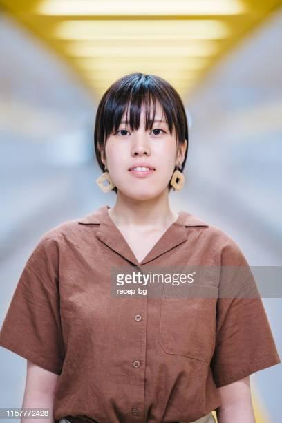 若い女性のクローズアップ肖像画 - ショートヘア ストックフォトと画像