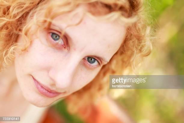 close-up portrait of young woman - bortes fotografías e imágenes de stock