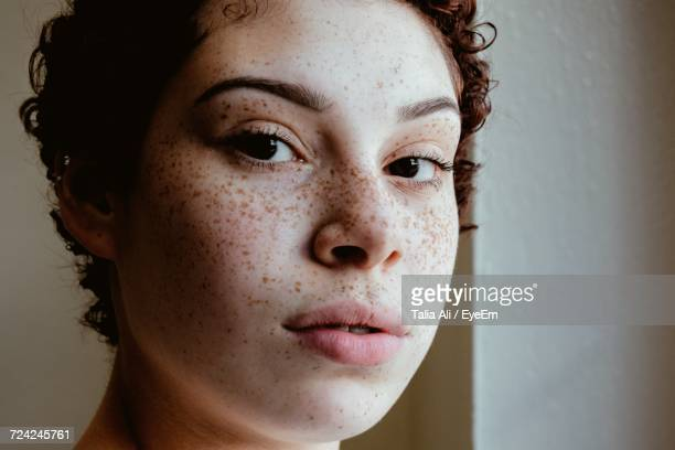 close-up portrait of young woman - sarda - fotografias e filmes do acervo