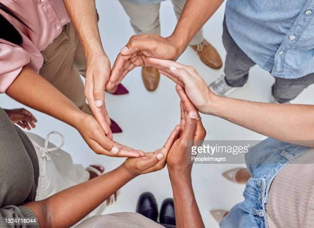 自分の手で円を形成する認識できないビジネスマンのグループのクローズアップショット - 四肢 ストックフォトと画像
