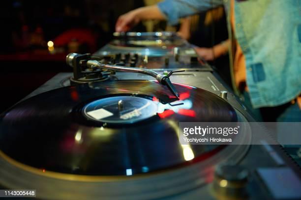 closeup shot of dj mixing music on turntable. - dj photos et images de collection