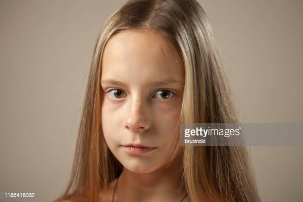 verticale de studio de plan rapproché d'une fille de 10 ans - 10 11 ans photos et images de collection
