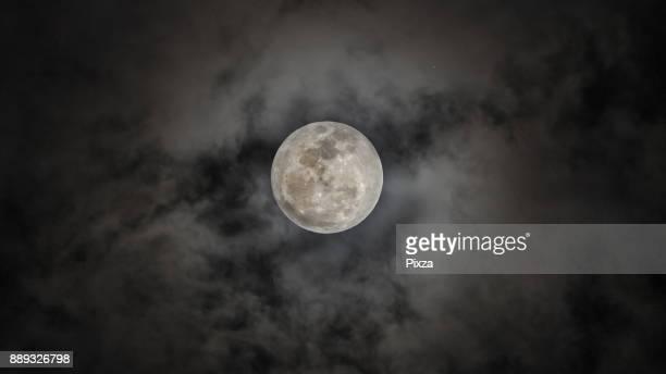 closeup super full moon in night sky - moon surface - fotografias e filmes do acervo