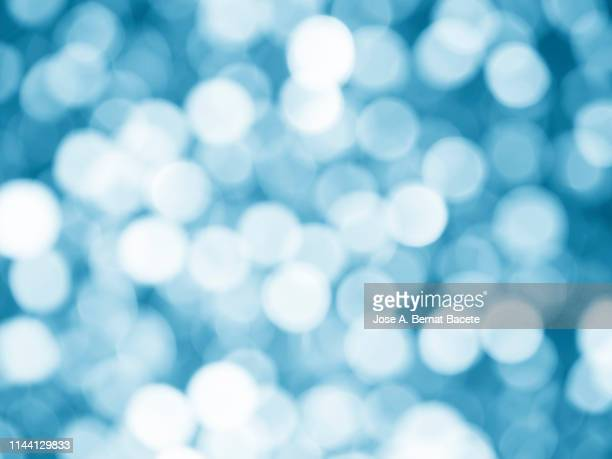 close-up unfocused lights in the shape of circles of light lilac background. - ディスコ照明 ストックフォトと画像