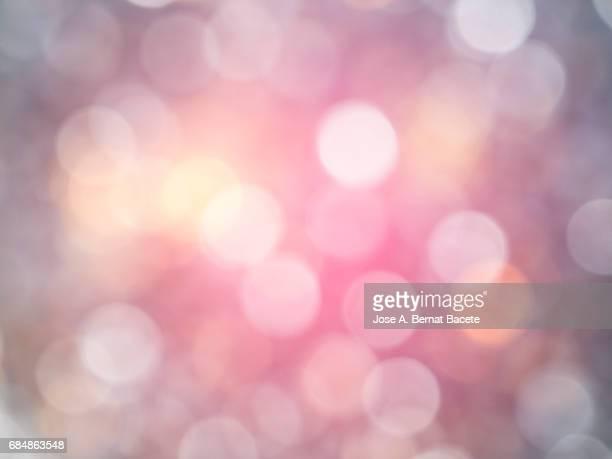 close-up unfocused lights in the shape of circles of  pink background - reflexo de luz efeito fotográfico - fotografias e filmes do acervo