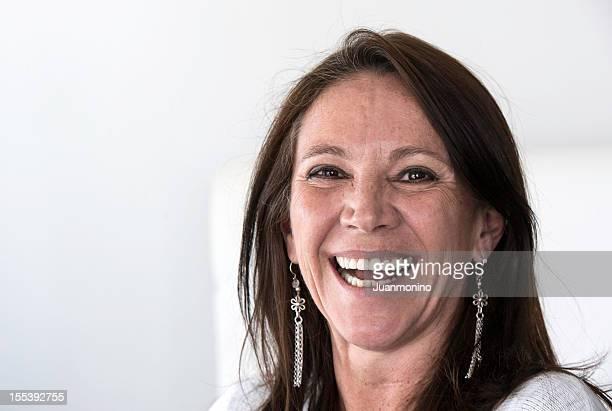gros plan sur une femme souriante regardant à la caméra - femme 50 ans brune photos et images de collection