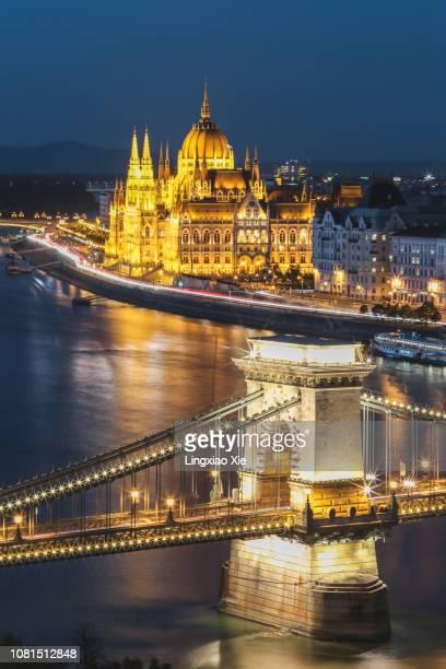 close-up view of illuminated szechenyi chain bridge and hungarian parliament at dusk, budapest, hungary - ponte széchenyi lánchíd - fotografias e filmes do acervo