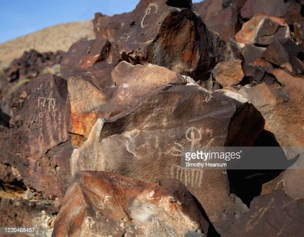 close-up view of petroglyphs on boulders that have desert varnish - timothy hearsum stock-fotos und bilder