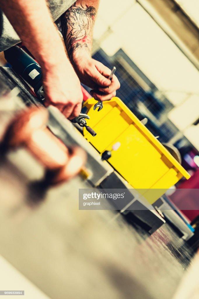 Close-up Arbeiter mit Bohrer in Fabrik : Stock-Foto