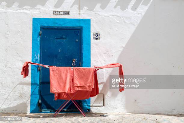 clothes drying in front of whitewashed house - insel ibiza stock-fotos und bilder