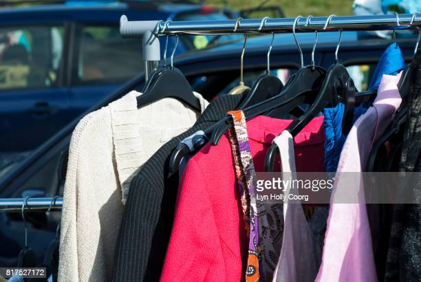 clothes for sale at car boot sale - lyn holly coorg photos et images de collection