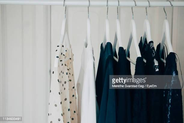 clothes hanging at store - vêtement pour femmes photos et images de collection