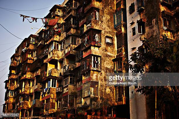 clothes hanging from dirty apartments - indian slums stock pictures, royalty-free photos & images